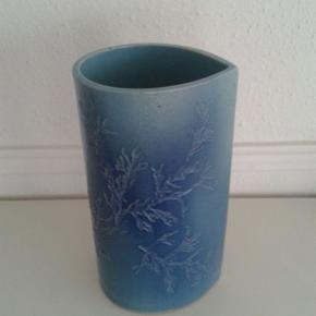 Flot unika vase i keramik sælges. Perfekt stand. Højde 23,5 cm og bredde 13,5 cm.  Se også mine andre spændende annoncer, da jeg bl.a. sælger ud af mine samleobjekter 🌸☀️🌸