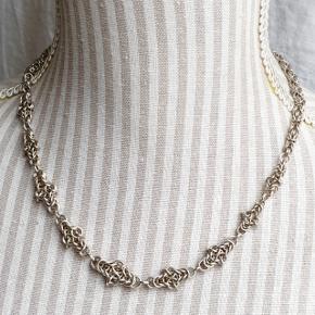 Flot håndlavet sølvhalskæde i ægte sterlingsølv. Fuld længde 48 cm. Vægt 41 g.  Se også mine andre annoncer med smykker 🦋