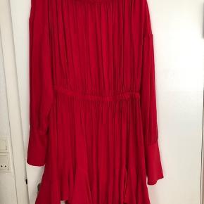 Oversize postkasserød kjole fra Weekday. Kan bådes bruges off-shoulder og helt oppe. Falder rigtig flot og tungt. Nypris 500 kroner.