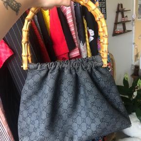 Sælger denne skønne Gucci taske som er købt vintage i Trois Pommes for 4000kr 💛 Eftersom den er købt vintage, så har jeg ingen kvittering, dog sælger Pommes kun ægte varer, og de vil kunne garantere ægteheden :) Bemærk slitage i hjørnerne i bunden af tasken