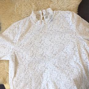 Blonde bluse i god kvalitet. Stretch i stoffet. Lille åbning med knapper bagpå ved nakken.  Brugt, men i pæn stand, med lidt brugsspor som en anelse fnuller i stof efter vask.   50,- + fragt. Sender gerne med Dao for købers regning.  Bytter ikke.  💸 Ved køb af flere tøjannoncer giver jeg god rabat, hvis du køber 3 dele 😍