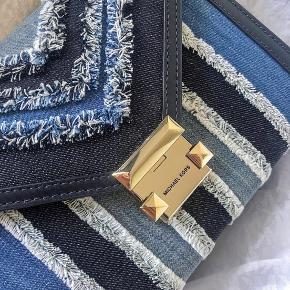 Jeg sælger min Michael Kors taske, da jeg ikke får fået med den. Den er brugt få gange og er i perfekt stand.  Mål 23x8x18 Nypris: 3385
