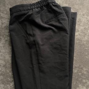 Sælger disse super fine business bukser, de er sorte og dejlige i fittet. De kommer fra et ikke ryger hjem, og er meget åben overfor bud da jeg bare skal af med det hele🌸