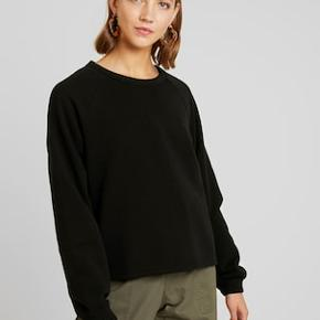 Brugt og vasket en enkelt gang. Fremstår fuldstændig som ny. Bytter ikke!   Beskrivelse fra hjemmeside:  The Huge Cropped Sweatshirt is made from a soft cotton-blend and has an oversized and slightly cropped fit. It has a simple round neck and long sleeves with gathering ribs.  - Size small measures 136 cm in chest circumference and 59 cm in front length. The sleeve length is 55 cm