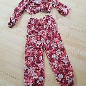 Super fedt sæt fra Zara. Haremsbukser og med binde bluse. Overdel str. M og bukser str. S. Sælges kun fordi bukserne er lidt for stramme til mig.