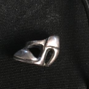 Troldekugle, sølv højhælet sko. Der kan forekomme små ridser og hakker i, da den er brugt få gange. Se foto.