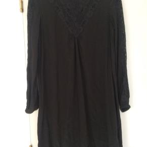 Sort kjole fra Stylebutler i 100 % silke med blondeudskæring foran og på ærmerne. Måler 95 cm fra top til bund. Brugt få gange.  Porto kommer oveni og betales af sælger. Kan afhentes/sendes fra København K/Ålsgårde.