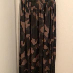 Denne smukke kjole er brugt 1 gang til  konfirmation i efteråret, men må erkende at jeg ikke får den brugt nok😔
