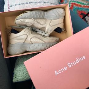 Jeg overvejer at sælge mine populære Acne Studios Manhattan sneakers i str. 37 😊 Skoene er brugt, og det kan også ses. Sålen på den venstre sko har sluppet en smule, men kan nemt fikses med noget lim (går heller ikke i vejen for brug).  Min mindstepris er 1300 kroner, men jeg tager imod seriøse bud. Bytter ikke!