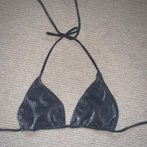 Glimmer / grå bikinitop - super fin størrelse small.