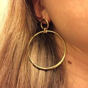 Jeg sælger disse fine Hvisk øreringe. En upgraded version af Hoops. Guldbelagt. Måler ca. 5 cm i diameter. Aldrig brugt.