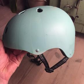 Cykelhjelm fra nutcase. Oprindelig stribet, har dog farvet den lyseblå/türkis. Størrelse s/m, med mindre brugsspor. Kan afhentes på Frederiksberg.