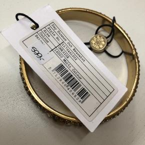 3 styks armbånde fra Day. Sælges samlet eller hver for sig. Det ene armbånd er nyt med tag, de to andre er brugt én gang. Nypris pr. armbånd er 599,- . Bemærk at den angivede pris er pr. styk.  Generel info om alle mine accessorie-annoncer: man er velkommen til at købe gennem TS-handelssystem (porto 37 kr.), men der er også mulighed for at handle via Mobilepay og få tilsendt varerne som (uforsikret/ikke-trackbart) brev med PostNord (porto 15 eller 25 kr. afhængig af brevets vægt). Det er helt op til køberen, hvilken leveringsmetode, der ønskes.