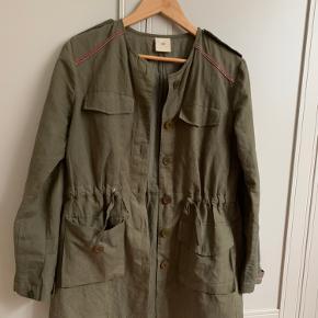 Fineste heartmade cardigan let jakke  Lidt ældre model  Men ikke brugt  Rigtig fin i army med sten   Bud ønskes