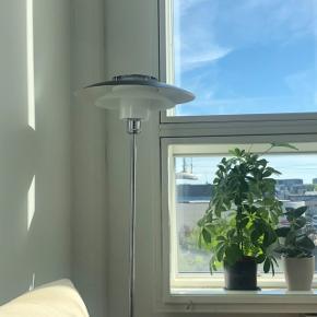 Halo Design gulvlampe - Rivalto - sort/krom. Nyprisen var 1699kr og den har ingen særlige brugstegn. Skal hentes på Nørrebro. BYD