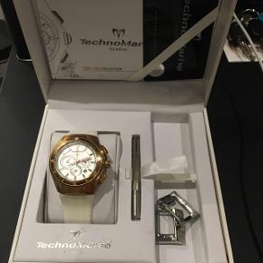 TechnoMarine ur. Garantibevis følger. 3 omskiftelige remme følger. Batteri skal blot skiftes. Ellers er uret i meget flot stand. Det hele har en værdi på +5.000 kr. totalt