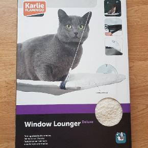 Katteseng til vinduet i blødt stof.  Aldrig brugt, da den ikke passede på vores vinduer.  250,- eller byd.
