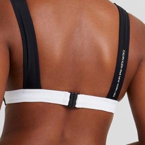 Bikini sæt fra Calvin Klein, brugt og vasket 2 gange og fremstår derfor som nyt.  Bikini str M og underdel S.  Nypris for bikini 379kr Nypris for underdel 329kr  Sælges samlet.