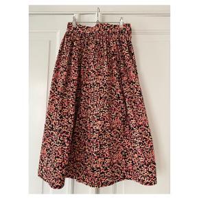 Smuk højtaljet nederdel  Se også mine andre annoncer eller følg mig på Instagram @2nd_love_preowned_fashion