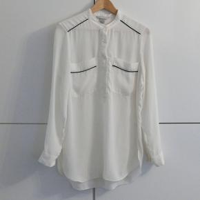 En lang skjorte brugt meget lidt. Farven er creme/hvid Kan hentes i Charlottenlund eller København.