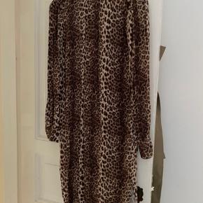 Smuk leo print kjole fra Malene Birger, bælte medfølger. Størrelse 40 men passer alt fra 36-38.