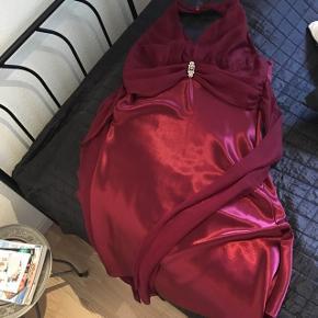 Rigtig smuk kjole i en flot bordeaux rød farve🌸 brugt ca 7 timer til et bryllup 🌸nypris 1.400kr, købt i en brudebutik🌸Længde(under arm) 90 cm, bryst : 53,5cm🌸 bindes i talje🌸sjal medfølger 🌸 Mp 250🌸