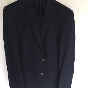 Flot jakkesæt fra Roy robson. Str 56 long. Slim fit. Det er sortblå. Ser lidt grå ud på billederne, men er blåt. Pæn stand.