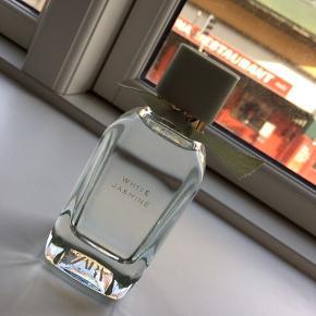 """""""White jasmine"""" parfume fra ZARA, 100 ml og kun brugt få sprøjt.   Hentes i 9000 Aalborg eller sendes på købers regning :)"""