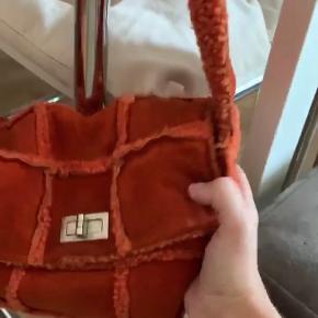 Chanel taske i orange ruskind. Mp 2600kr❤️