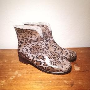 Leopard gummistøvler, næsten ikke brugt da de er for store. Str 40, men kan nok også passes af en str 41.