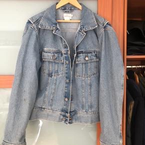 Lækker vintage denim jakke fra Calvin Klein. Heldigt fund i en genbrug. Så naturligvis en smule slidt. Men får den desværre aldrig brugt