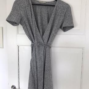Fin figursyet slå om kjole fra Zara.   Str. S   Har en perfekt pasform.