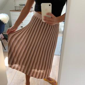 Stribet nederdel i glimmer strik fra Neo Noir. Nederdelen er aldrig brugt og har stadig prismærke i ☺️