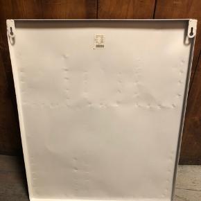 Hvidt metal vægophæng fra Søstrene Grene, aldrig brugt, men har fået en lille skramme i malingen (se billede 3).   Fin i køkkenet eller ved skrivebordet.   Ny pris 139 kr.  Sælges for 40 kr.   Kan hentes ved min adresse på Amager. 🌸
