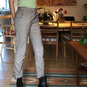 Bukser med flot ternet mønster og fede detaljer med flæser på lommerne. De er en smule cropped. Byd gerne :-)