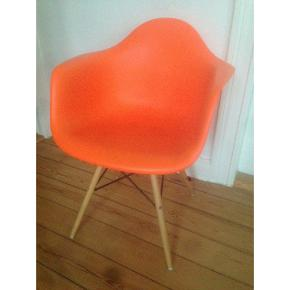 Eames DAW, orange