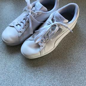 Puma SMASH sneakers i hvid, med soft foam sål.  Ikke brugt ret meget, og derfor i rigtig pæn stand. Str. 38,5, men passes også af str. 39.