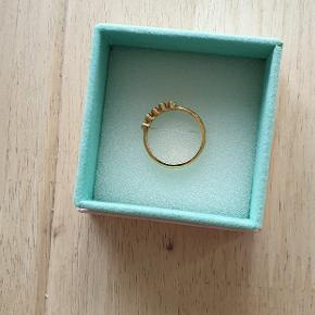 Flot carre' ring med forskellige farver sten. Str. 57.