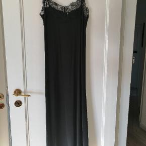 Underkjole fra ganni. Har også selv brugt den som normal kjole. Materiale: 90% Rayon 10%EA.   Køber betaler fragten.  Handler over Tradono eller Mobilepay.