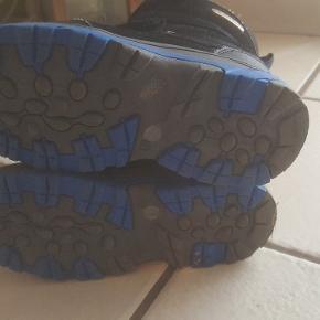 Støvler i sort/mørke blå. Stort set ikke brugt.