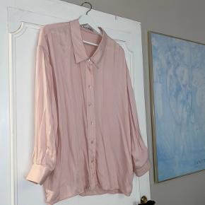 Smuk oversize skjorte fra Acne i blødt materiale det falder rigtig fint.  Ingen tegn på slid.   Kan passes af xs-l alt afhængig af hvordan man ønsker den skal sidde. Jeg er selv en 36 og har haft den oversize.