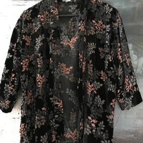 Smuk kimono jakke lavet i tynd velvet velour ( viscose ) . Str. L  ( 42 - 44 ) . Aldrig brugt eller vasket .Måler 64 cm over ryggen og er 64 cm lang . Nypris 845 kr . Bytter ikke
