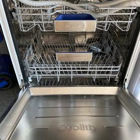 1 år gammel opvaskemaskine, sælges grundet køb af ny XXL model.  Denne passer til fronter med en låge på ca 71 cm i højde .  Topmodellen fea Siemens med zeolith, lys og støjsvag.