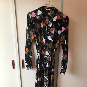 Smuk lang skjortekjole fra Envii. Brugt meget få gange