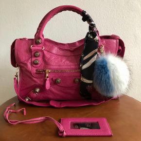 """Jeg er igang med en stor oprydning i min taskesamling, da jeg sparer sammen til noget nyt. Mærker som Balenciaga - Chanel - Proenza Schouler - Gucci og Karl Lagerfeld 🌟  Ingen bytte.  Fast pris - bud under prisen samt spørgsmål om mp ignoreres.  Tasken kan afhentes på Nørrebro eller sendes på købers regning. Jeg handler via mobilepay - ikke kontant.  ••••••••••••  Pink Balenciaga City med gigant hardware - udgået model.   Fremstår i god stand.  Måler ca. 24x38 cm (kan indeholde en MacBook 13"""")  Ved køb af  en City taske d.d. er prisen ca. 12.500 kr.  Spejl, skulderrem, tørklæde og pels-vedhæng fra OH by Kopenhagen fur medfølger (nypris for vedhæng er 800 kr.) Der følger ikke andet med, som ikke er nævnt herover.  Jeg står inde for, at tasken er 100% ægte, og alle detaljer der skal bruges for at verificere tasken, er vist i annoncen, så det står køber frit for, at få den tjekket inden evt. køb.  •••••  Frakken fra By Malene Birger som ses på de sidste billeder sælges også - se særskilt annonce for flere oplysninger."""