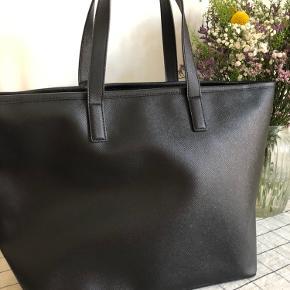 Sælger min læder Karl Lagerfeld taske. Den er kun brugt få gange, og står næsten som ny.