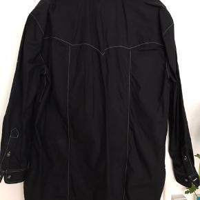Rigtig flot sort ganni skjorte med flotte synlige syninger Aldrig brugt!
