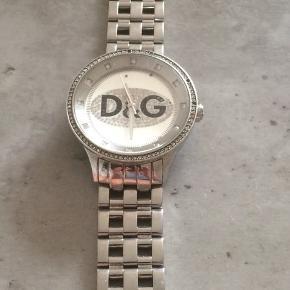 Cool ur fra D&G brugt ganske lidt. Få sten er faldet af og lidt ridser på glasset. Nypris 2300