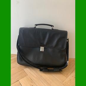 ⭐️⭐️⭐️ Sælger denne rigtig fede computertaske eller arbejdstaske fra det lækre mærke Bree. Den er blevet brugt og har derfor lidt patina, men intet af betydning.  Den er af læder med masser af ruminddeling og derfor super praktisk!  Nypris var omkring 2300kr, så kom med et bud!  ⭐️⭐️⭐️