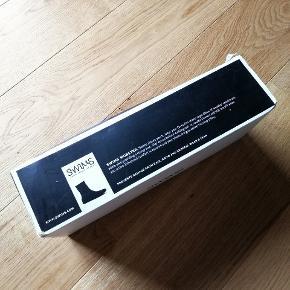Swimms galocher sælges  Galocherne er fremstillet i blødt gummi og har til effekt at passe på dine sko i regn, slud og sne. De stammer oprindeligt fra herreforretningen Alsinger som for tid siden gik konkurs.   Galocherne er i str. Ekstra large og passer til herresko i str.45-47,5.  Vejl. Udsalgspris: 600,-